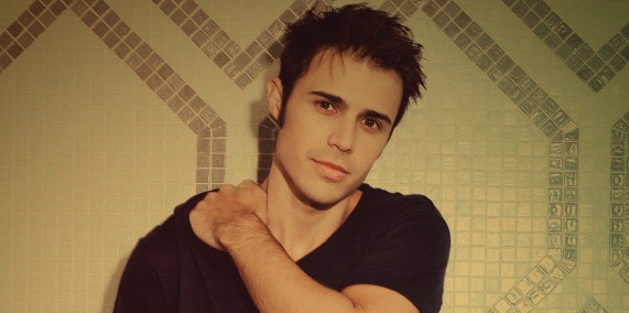 Video >> Kris Allen Rocks Live in the Vineyard